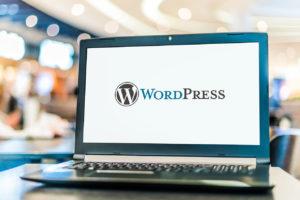 Laptop mit WordPress-Logo