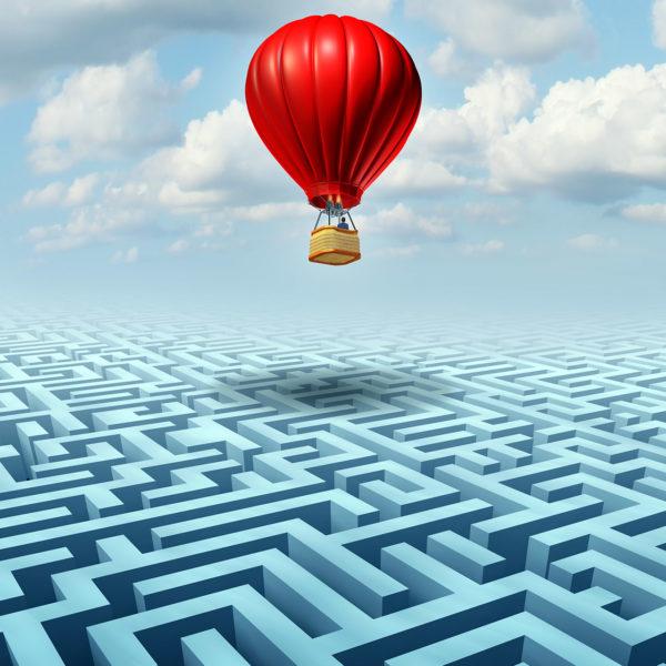 Rise Above / Heißluftballon über einem Labyrinth