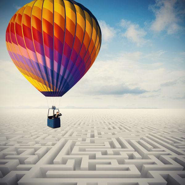 Overcome obstacles / Heißluftballon über einem Labyrinth